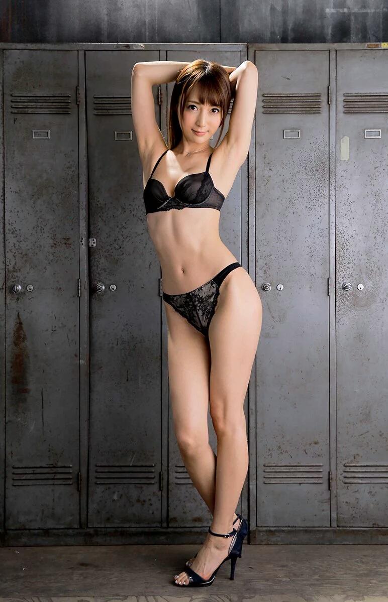 美女のスレンダーな体にムラムラ!