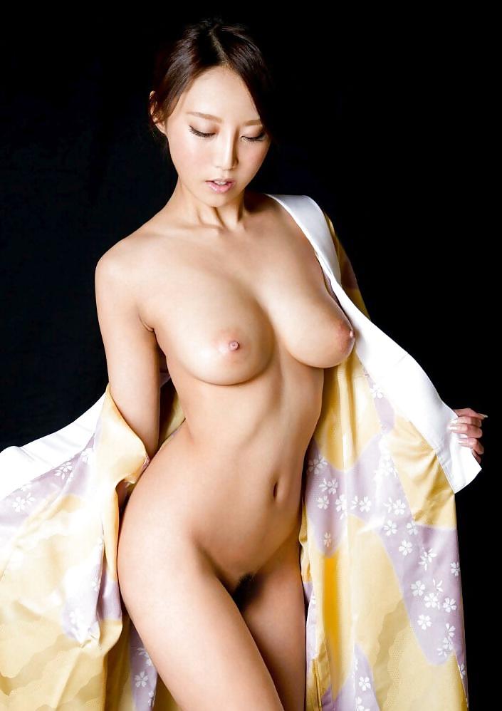 スレンダー巨乳美女の全裸が丸見え!