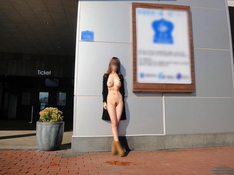全裸で街に佇むお姉さん!