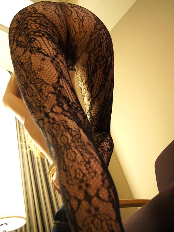 黒のパンストの美脚をローアングルで!