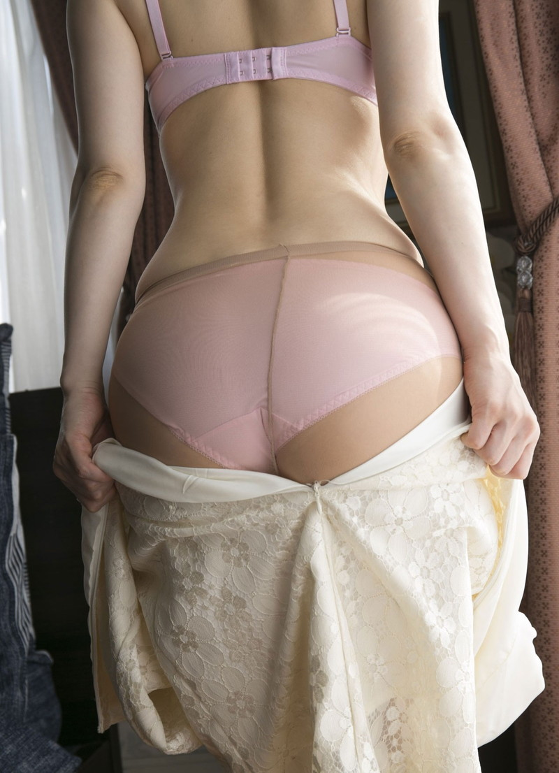 スカートを脱いでパンスト越しのパンツが!