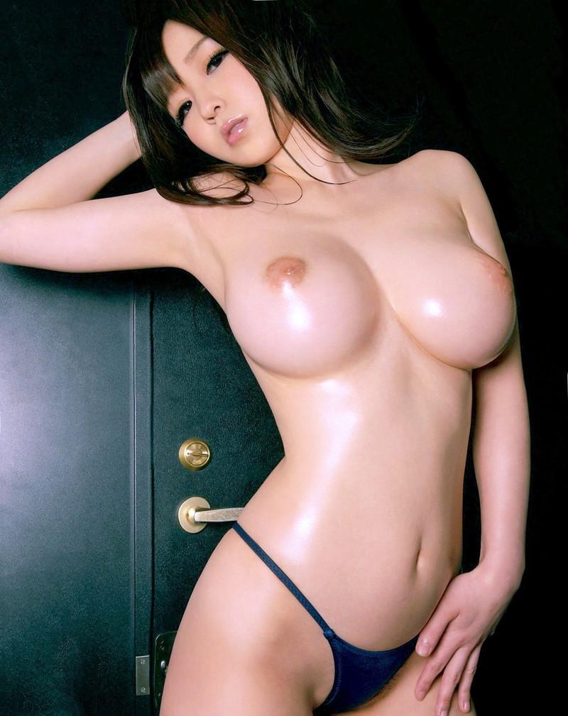 トップレス姿の美女のクビレと巨乳!