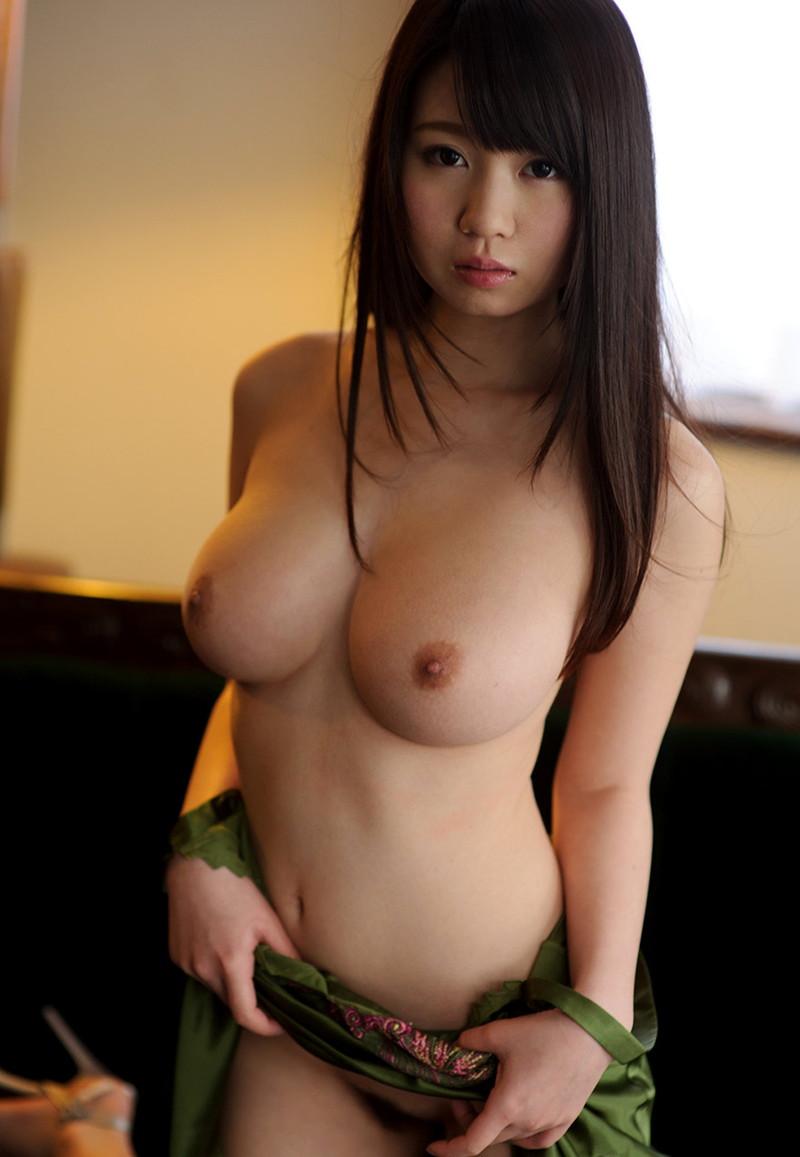 黒髪ロングの美少女の巨乳!