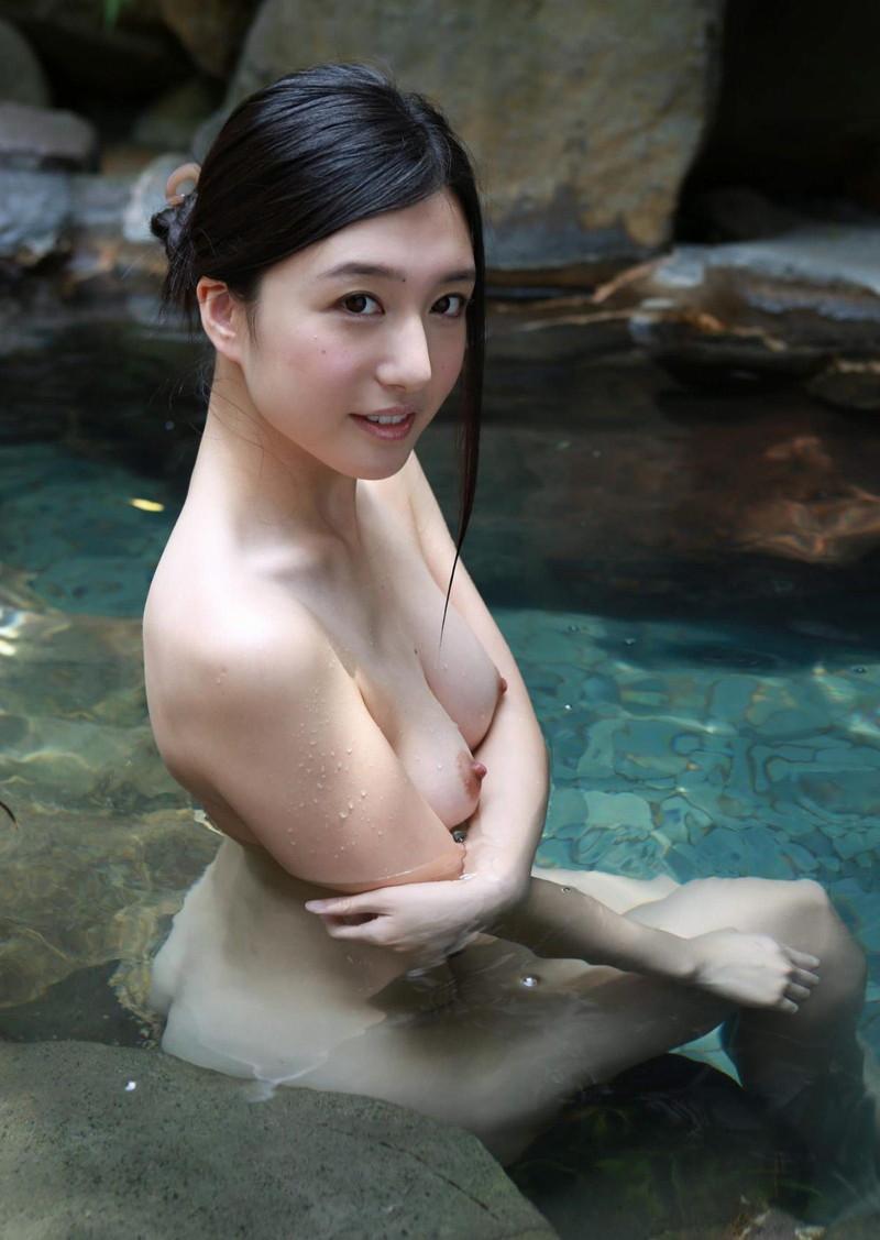 美女の入浴中の綺麗な背中!