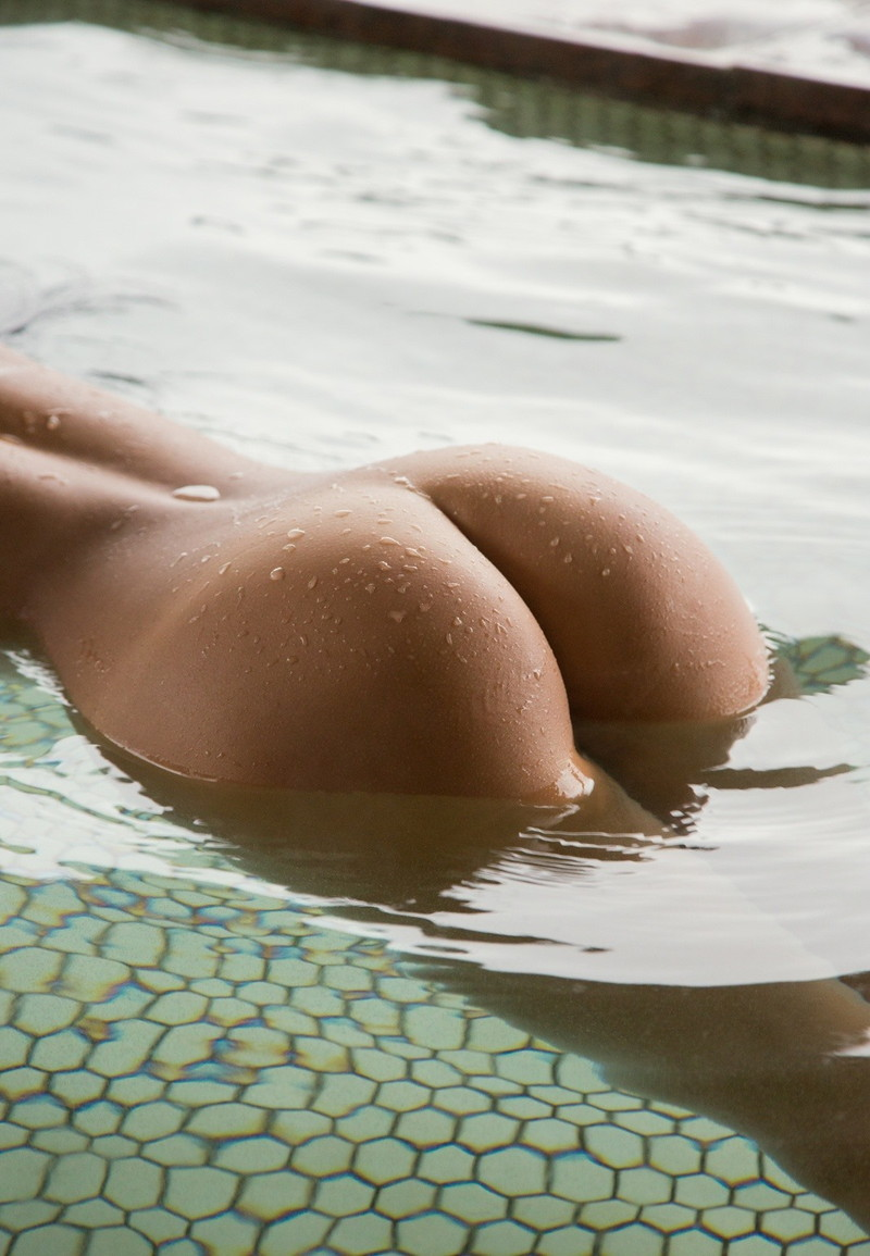 お風呂に浮かぶ美尻!