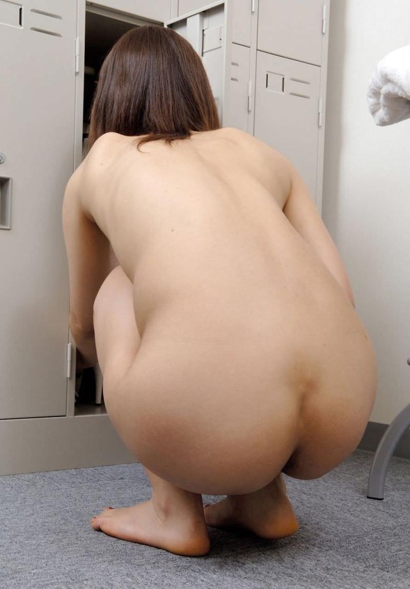 全裸で座るお姉さんの後ろ姿!