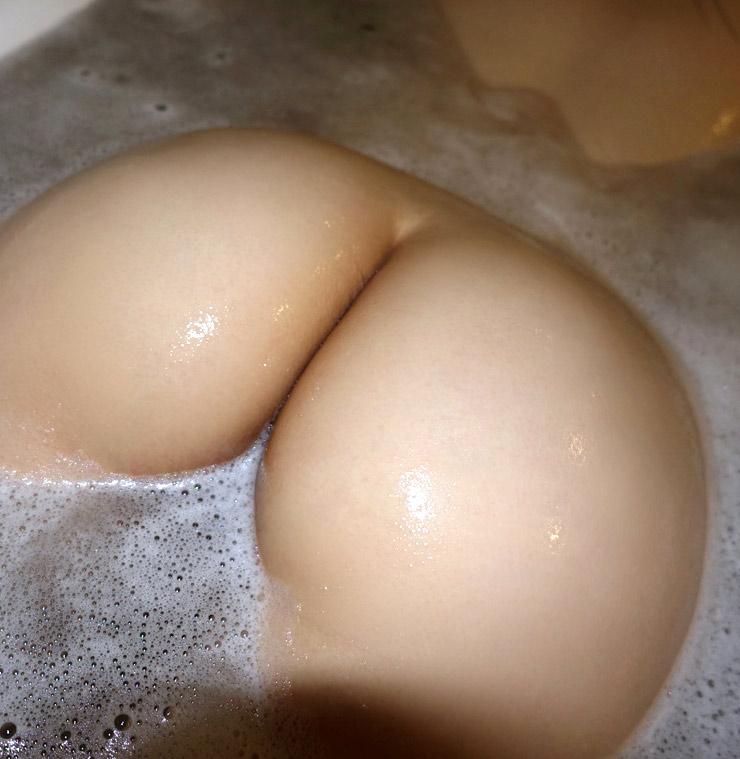 お風呂に浮かぶ美尻にムラムラ!