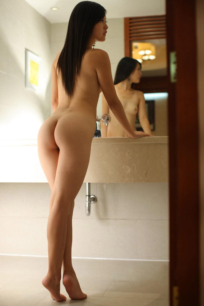全裸美女の美脚にムラムラ!