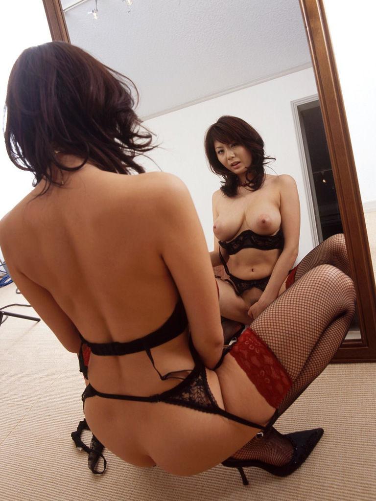鏡の前でオナニー中の麻美ゆまさん!