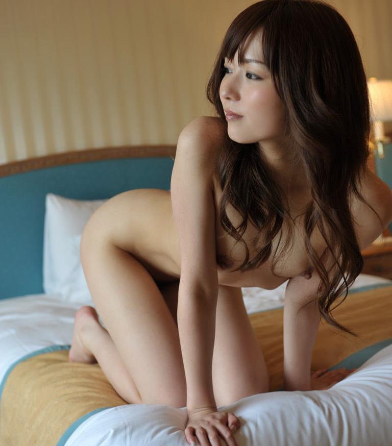 四つん這いの美女が全裸!