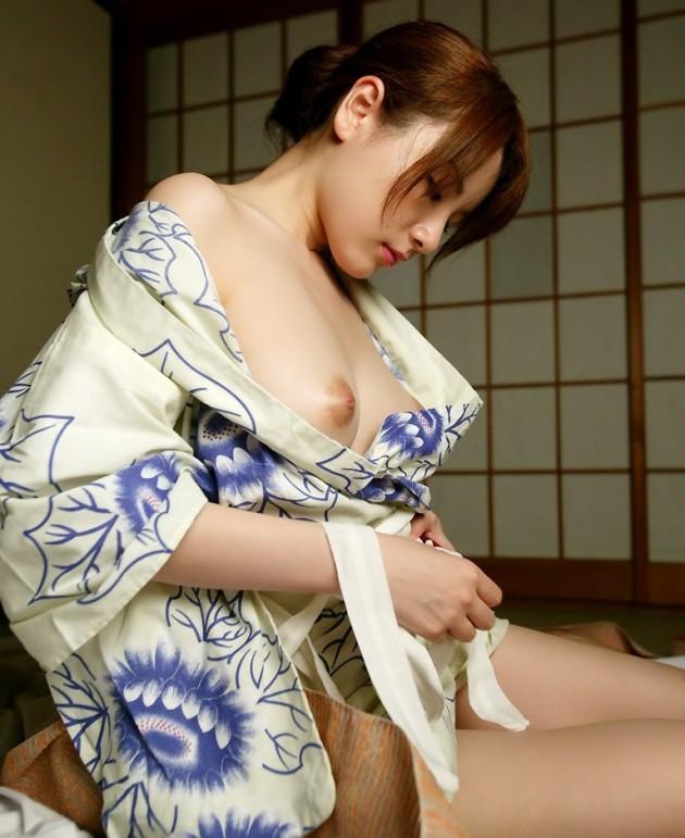 脱ぎかけの浴衣から覗く巨乳にドキドキ!