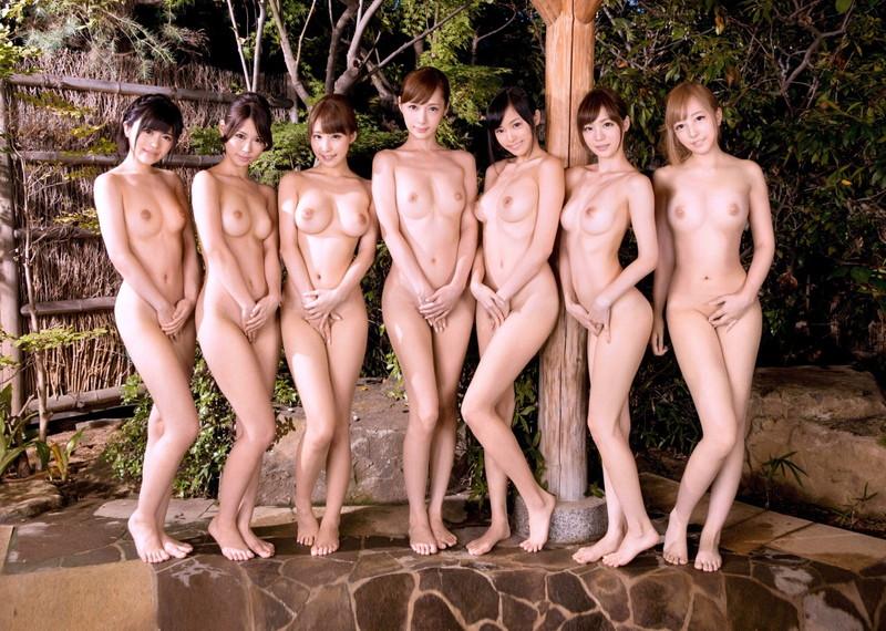 美乳をお持ちの美女達が全裸で!