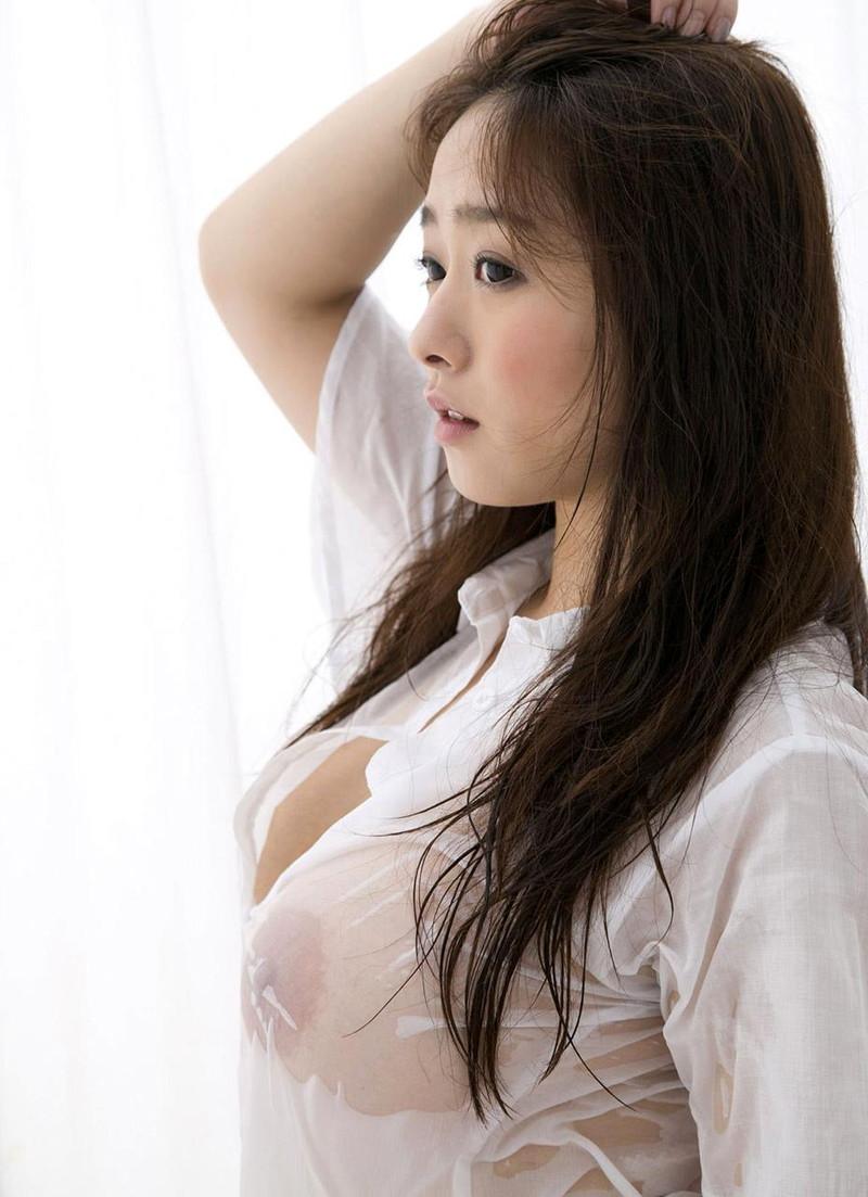 白シャツが乳首スケスケ状態に!