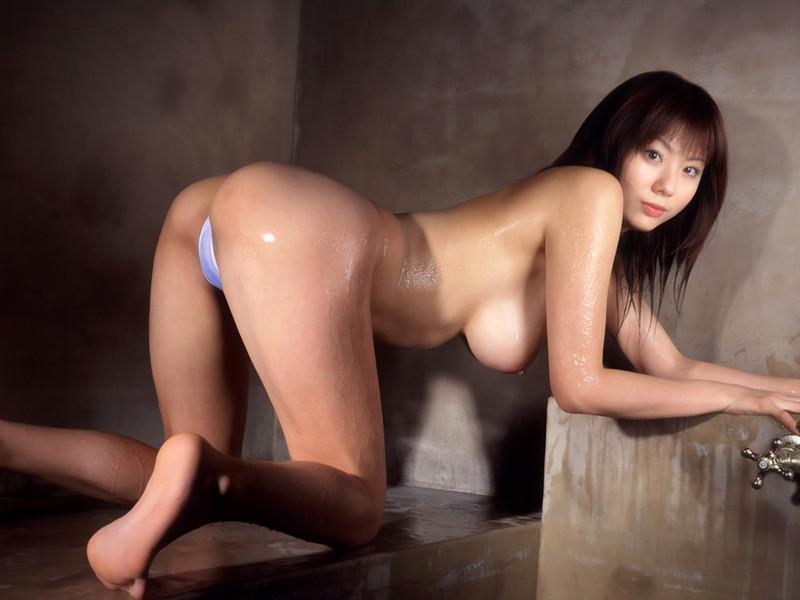 麻美ゆまさんのトップレスでの四つん這い!