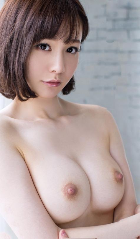 美女の巨乳が柔らかそう!