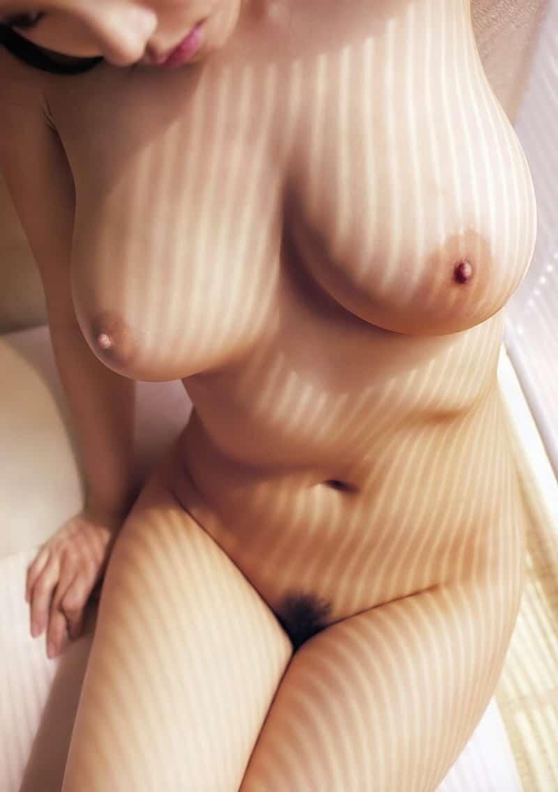 巨乳からくびれにかけての曲線美!