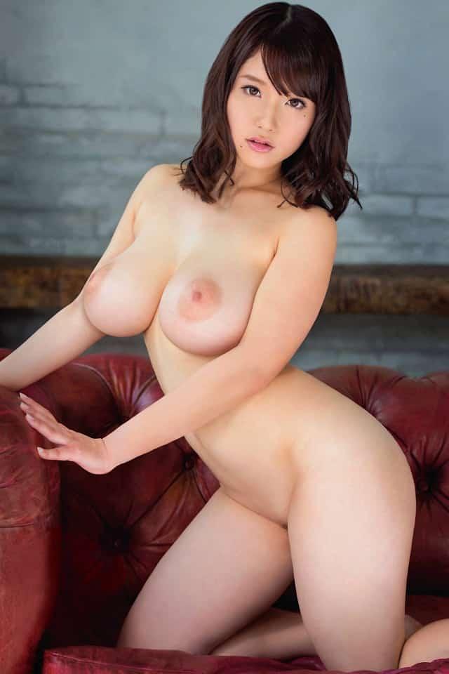 スレンダー巨乳の美女!