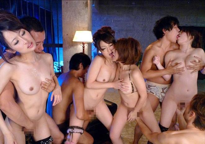 集団での手マン!