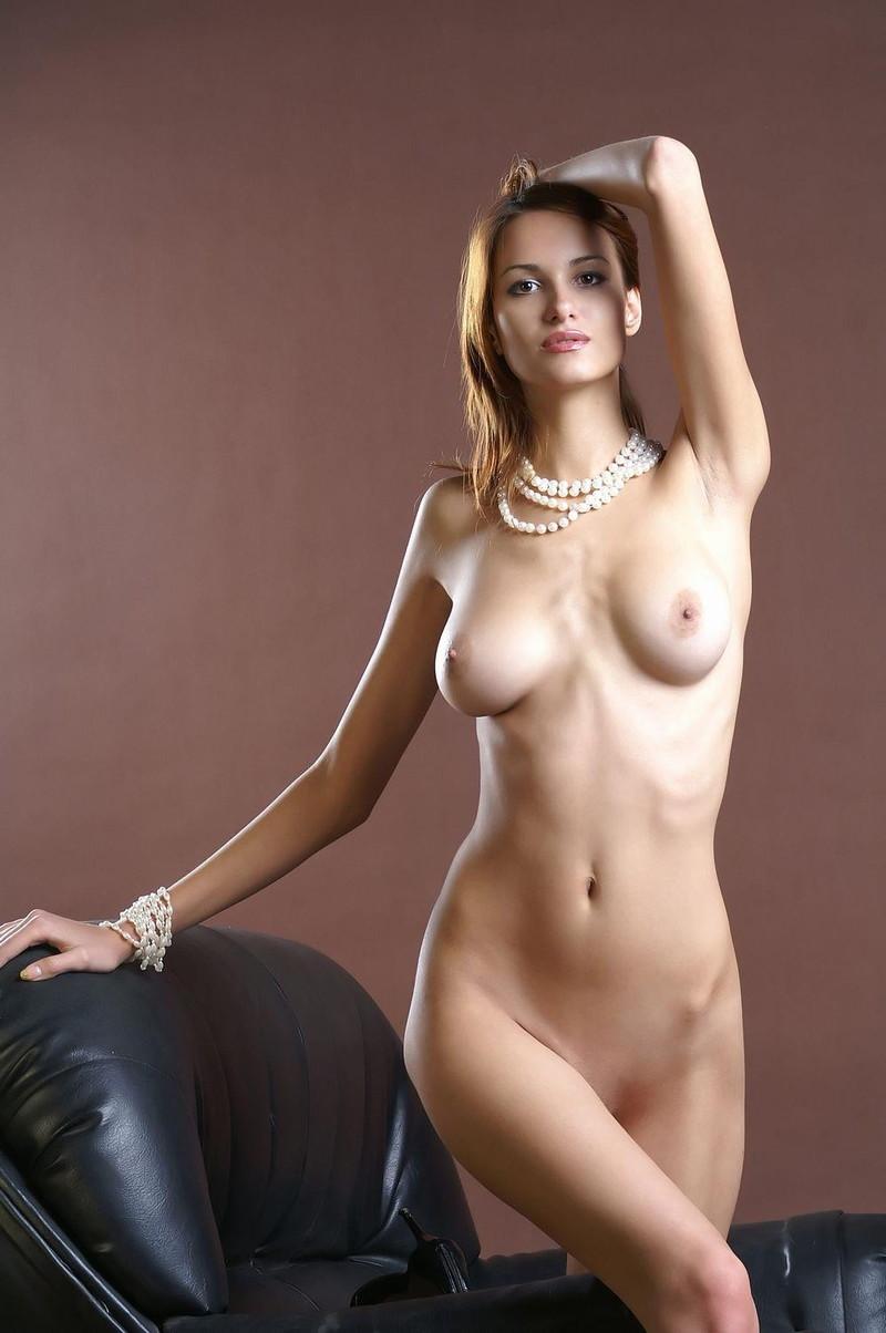 綺麗な腋とスレンダーな全裸姿!