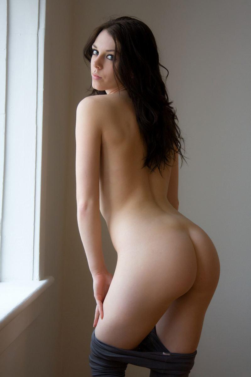 ズボンを脱ぎかけてる海外美女の美尻!