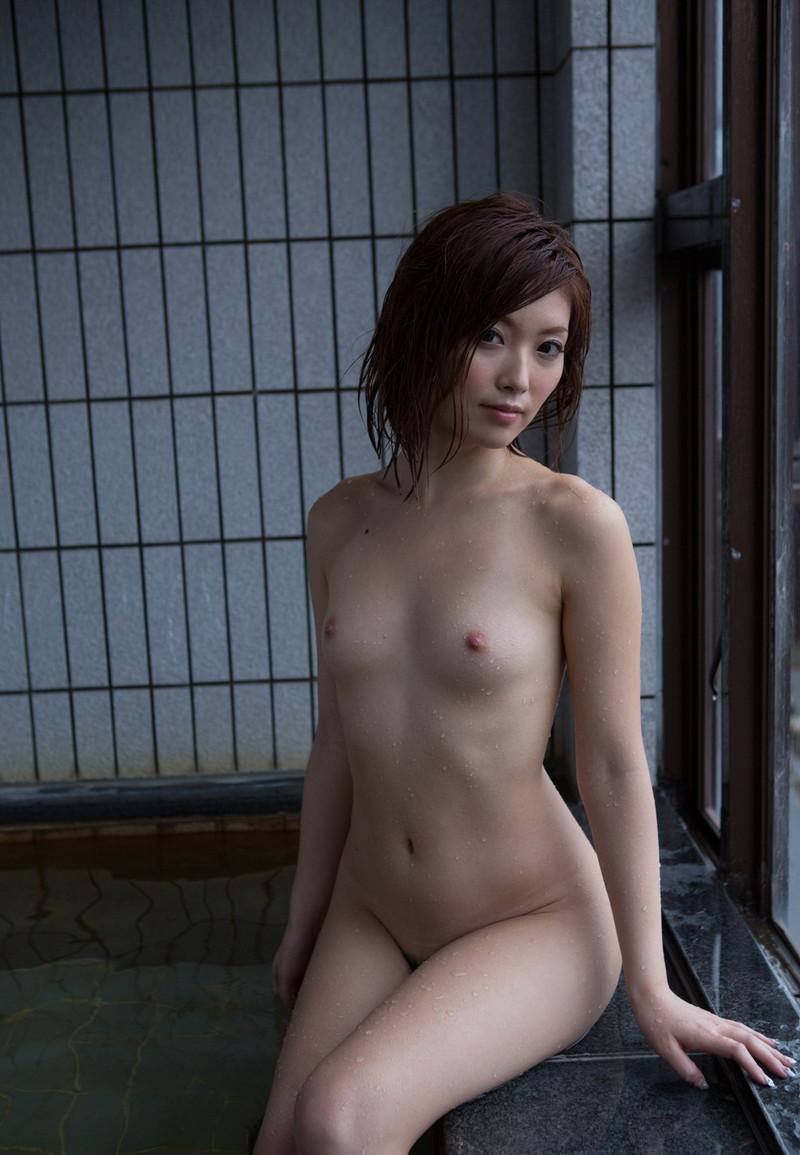 貧乳美女の入浴シーン!