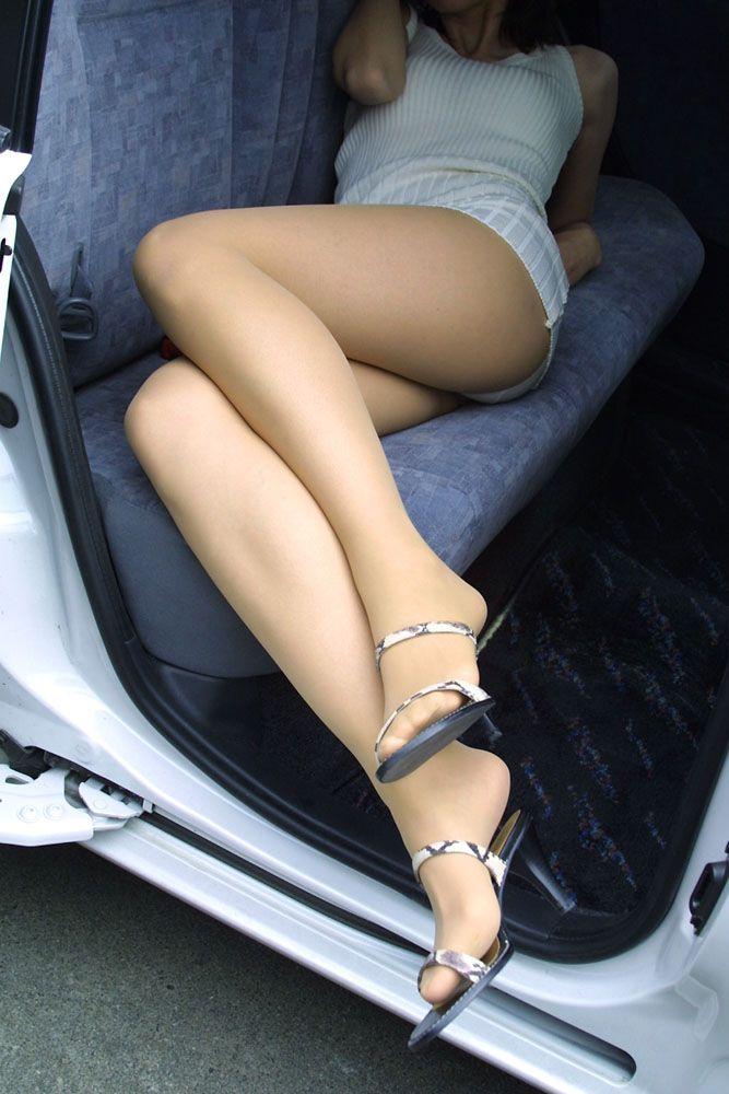 ヒールを履いた美脚がそそる!