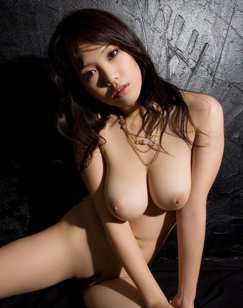 寄せる巨乳がエロい美女!