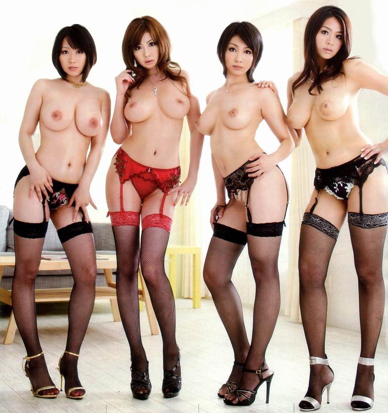 4人のトップレス美女のガーターベルトがそそる!