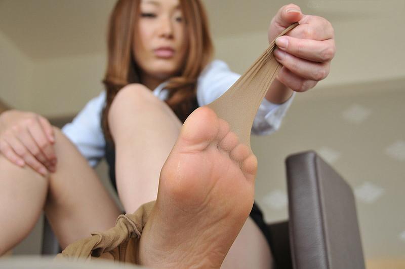 パンスト脱ぎかけてる足の裏がエロい!