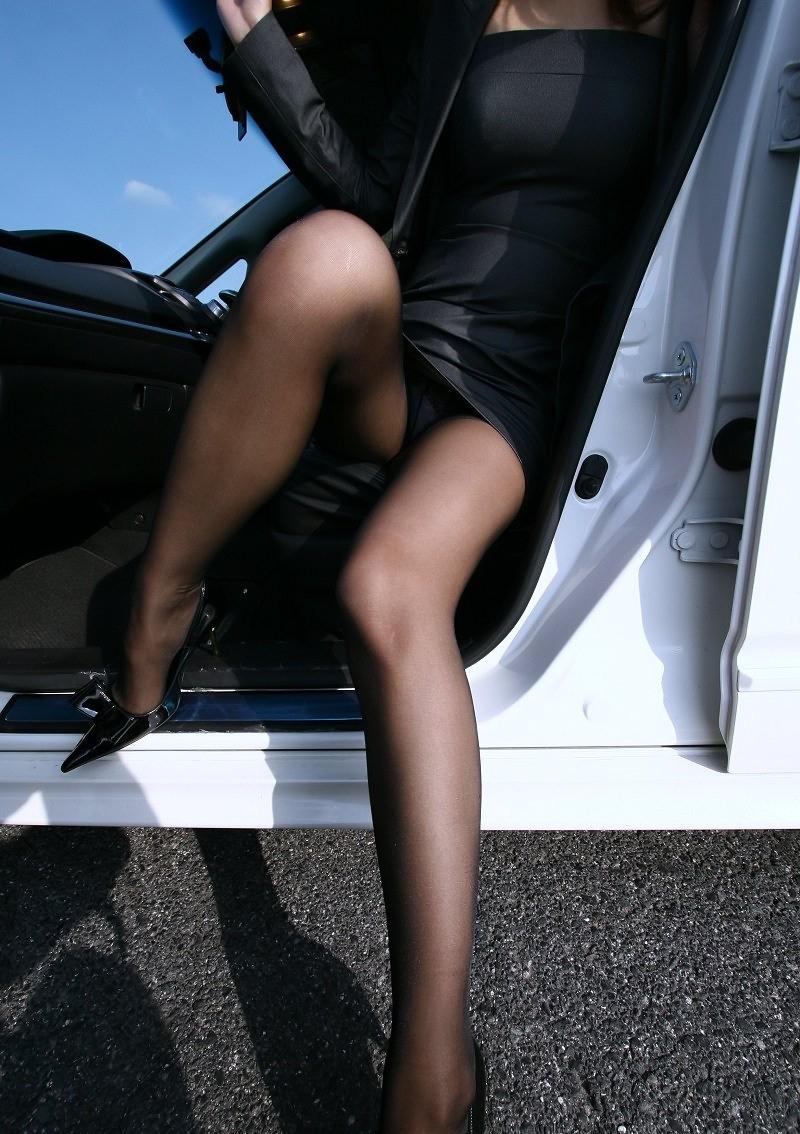 車を降りる時のミニスカ美脚!