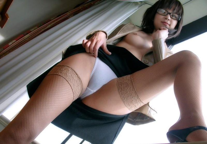 ローアングルから見るメガネ美女のスカートの中!