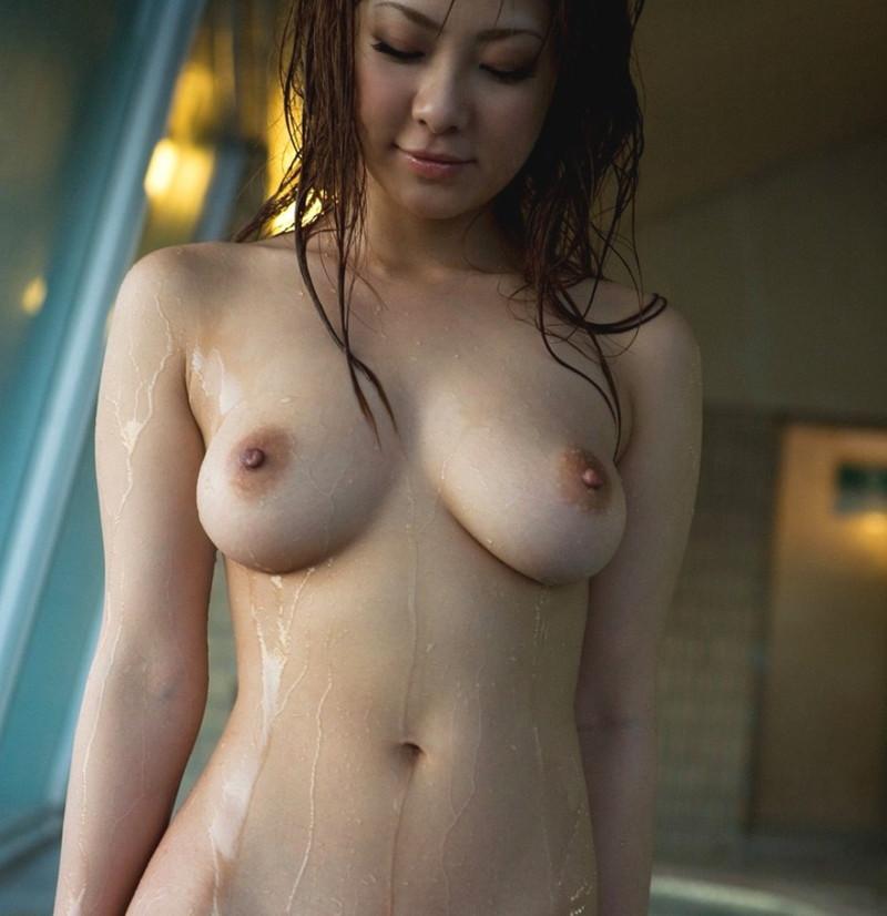 シャワーが滴る美女の全裸姿!