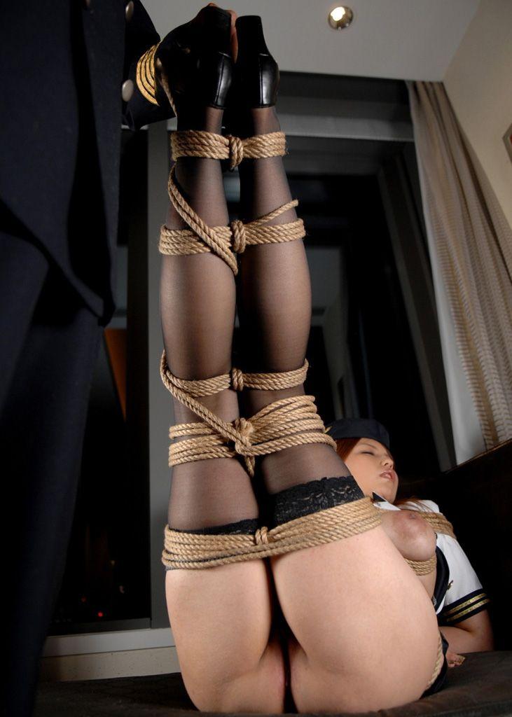 美脚が緊縛されて拘束!