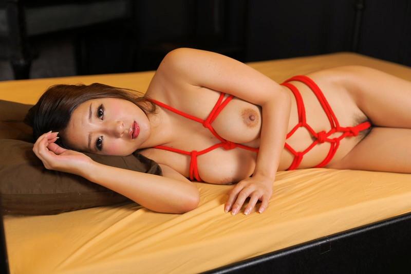 全裸で緊縛された美女!