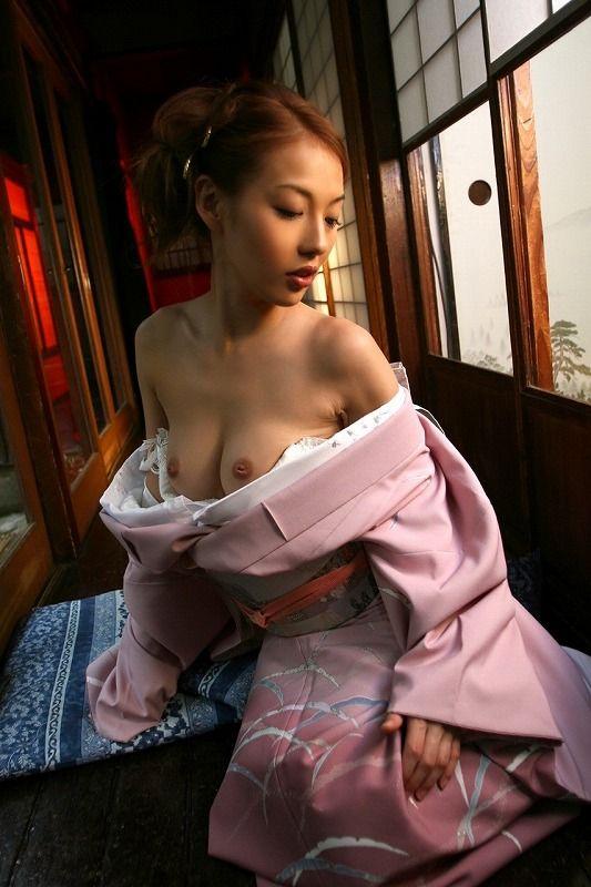 乳首まで見えるくらいはだける和服!
